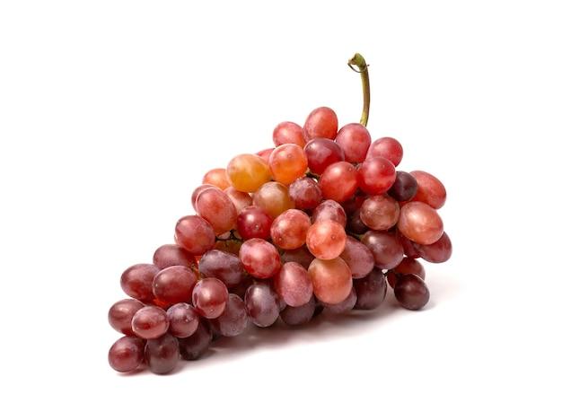 Verse rode druif geïsoleerd op een witte achtergrond. het knippen weg omvat in deze afbeelding.