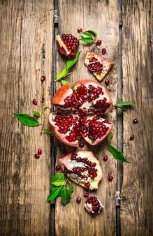 Verse rode granaatappel met bladeren