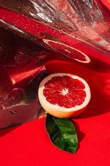 Verse rode grapefruit op de oppervlakte van de weerspiegelingsspiegel