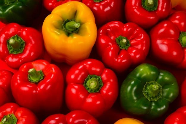 Verse rode, groene, gele paprika achtergrond.