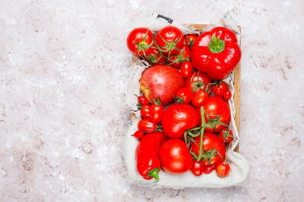 Verse rode groenten op betonnen ondergrond