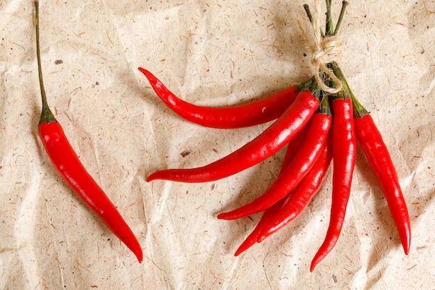 Verse rode hete pepers op ambachtelijke papier