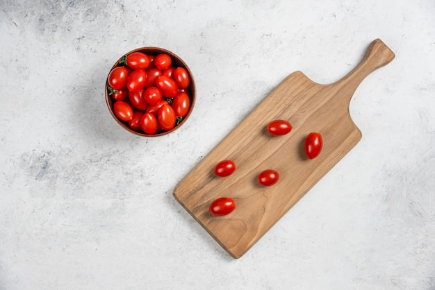 Verse rode kerstomaatjes op een houten snijplank
