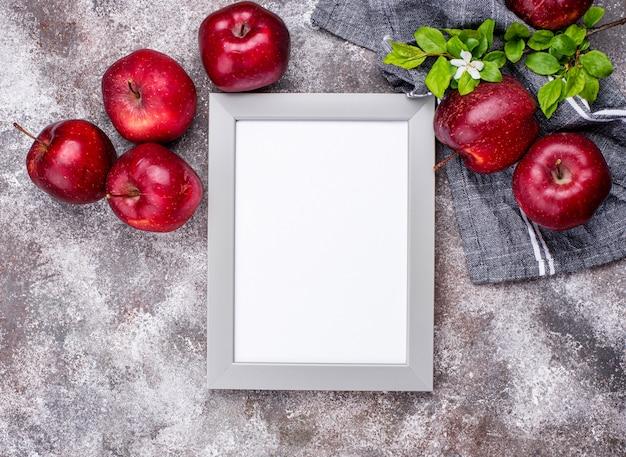 Verse rode rijpe appels op grijze tafel