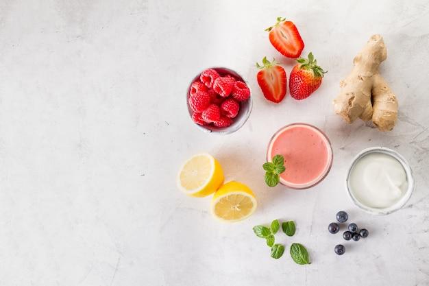 Verse rode smoothie met ingrediënten