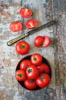 Verse rode tomaten in een kom