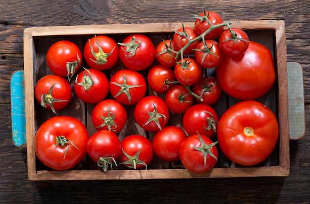 Verse rode tomaten in houten kist, bovenaanzicht