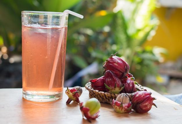Verse roselle drankje op houten tafel
