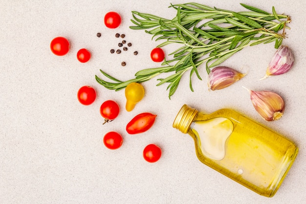 Verse rozemarijn, kerstomaatjes, teentje knoflook, olijfolie en zwarte peper