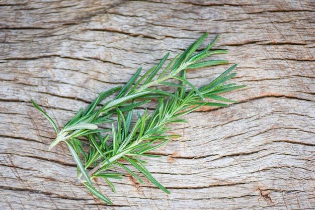 Verse rozemarijn op houten lijstachtergrond - groen de installatiekruid en voedsel van de bladrozemarijn