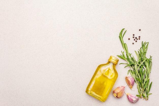 Verse rozemarijn, teentje knoflook, olijfolie en zwarte peper
