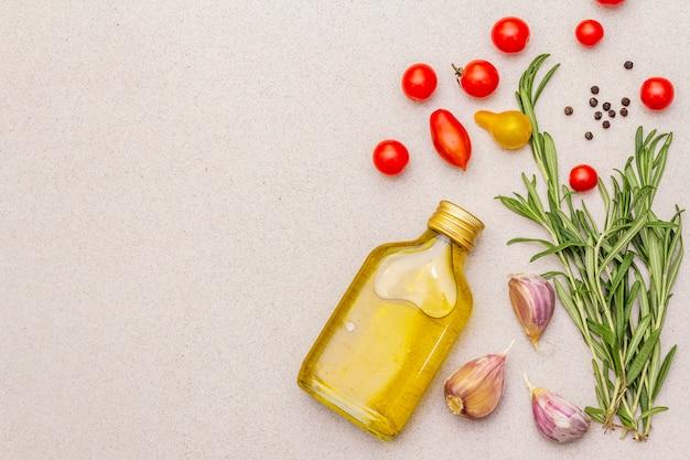 Verse rozemarijn, teentje knoflook, olijfolie, zwarte peper