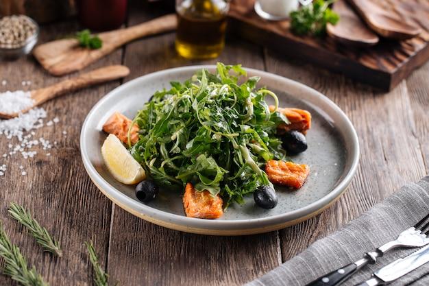 Verse rucola-salade met zalm en olijven