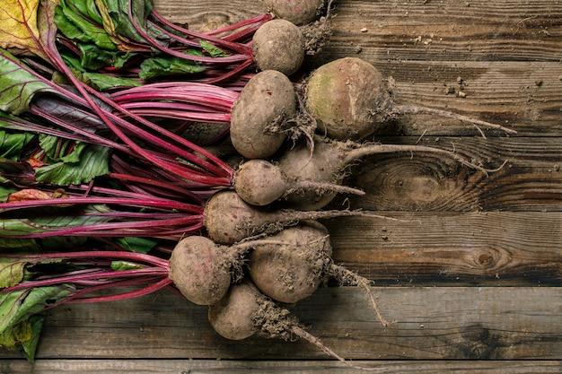 Verse rustieke natuurlijke groenten op houten tafel