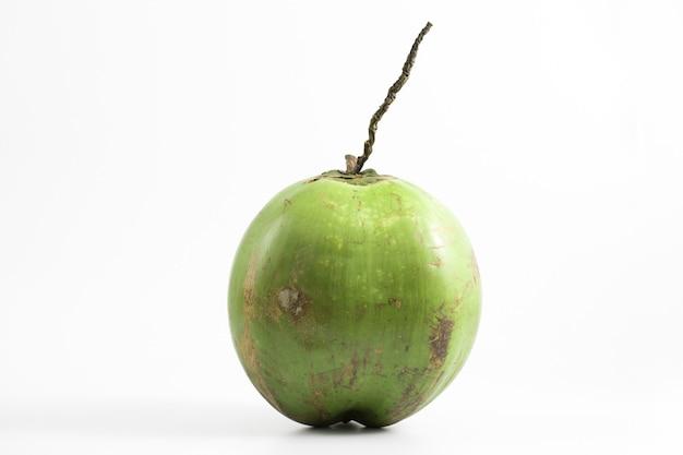 Verse ruwe geïsoleerde kokosnoot