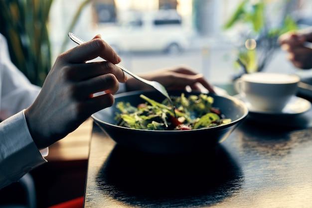 Verse salade in een plaat in een restaurant
