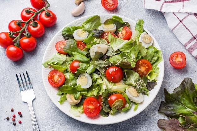 Verse salade met tomaten en kwartel eieren en sla.