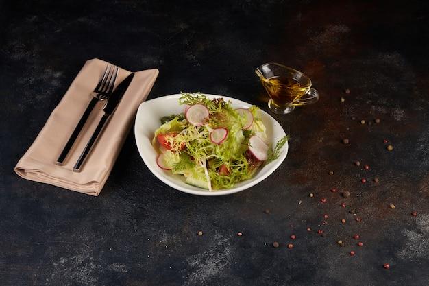 Verse salade op de donkere achtergrond