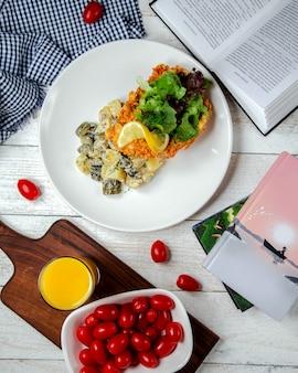 Verse salade op het tafelblad bekijken