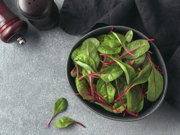 Verse salade van groene snijbietbladeren of mangold