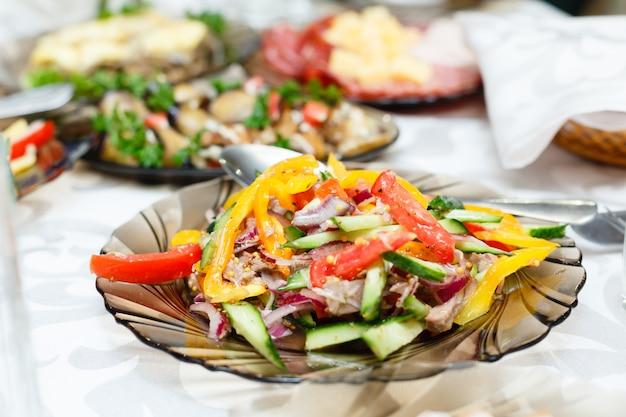 Verse salades op een feestzaal tafel, ondiepe scherptediepte