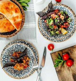 Verse salades op het tafelblad bekijken