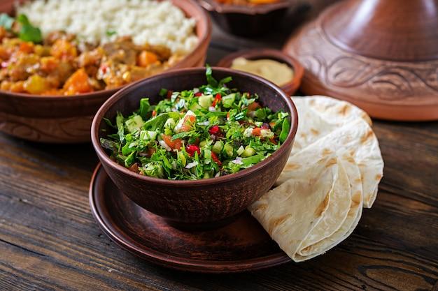 Verse salsasalade met tomaten, peper, uien en kruiden. mexicaanse groentesalade. veganistisch eten.