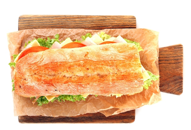 Verse sandwich op houten snijplank geïsoleerd op wit