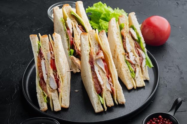 Verse sandwiches met ingrediënten, op zwarte achtergrond