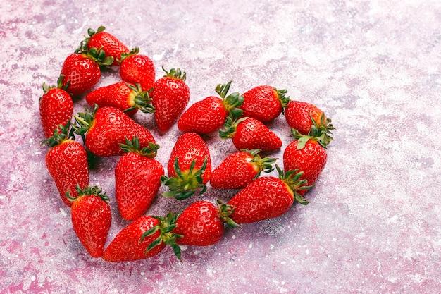 Verse, sappige aardbeien op licht