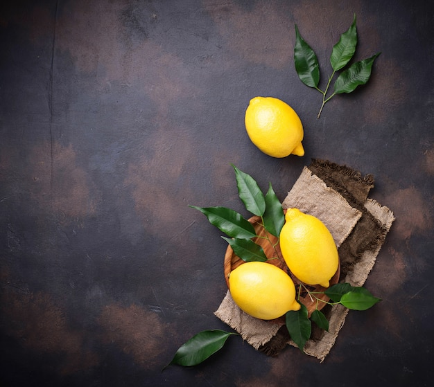 Verse, sappige citroenen op roestige achtergrond