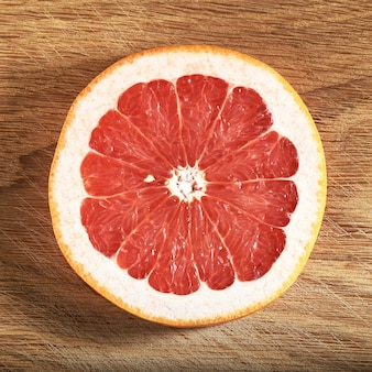 Verse, sappige grapefruitplakken op houten
