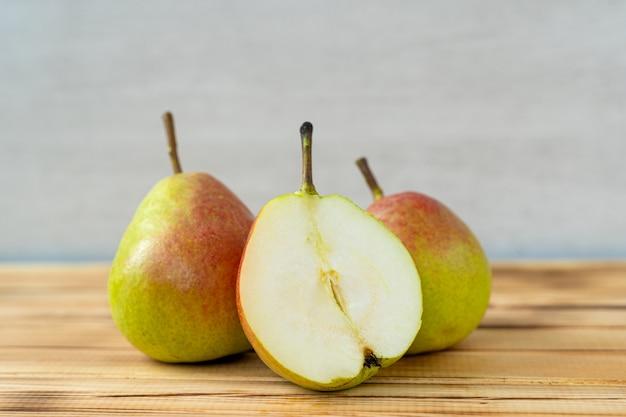 Verse, sappige heerlijke peren op hout