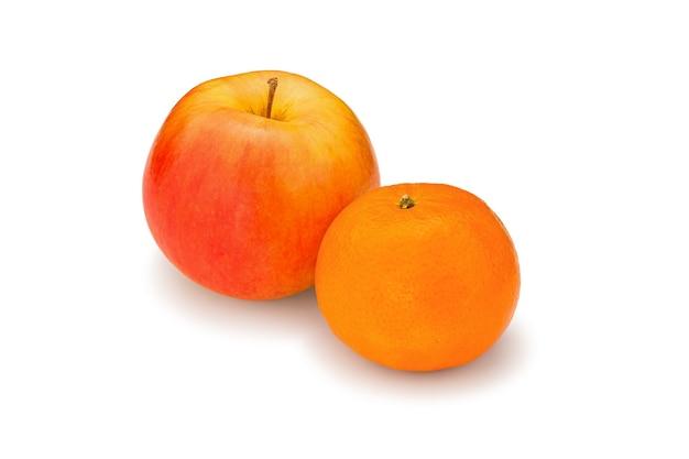 Verse, sappige, heldere appel en mandarijn op een witte achtergrond, gefotografeerd close-up