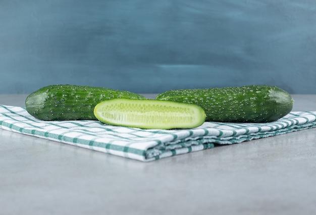 Verse, sappige komkommers op een blauw tafelkleed. hoge kwaliteit foto