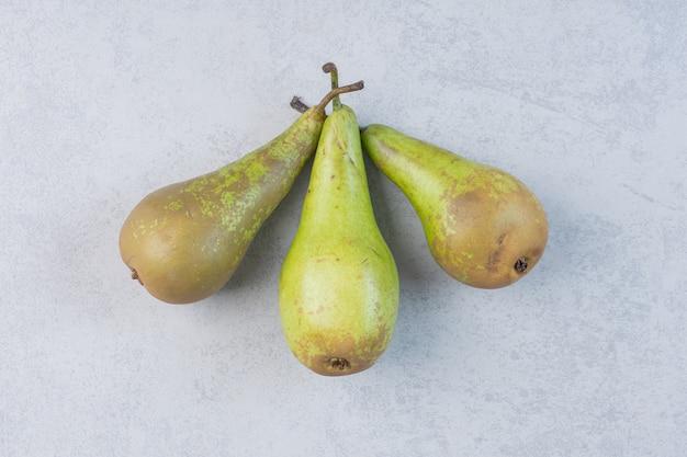 Verse, sappige peren geïsoleerd op een grijze achtergrond.