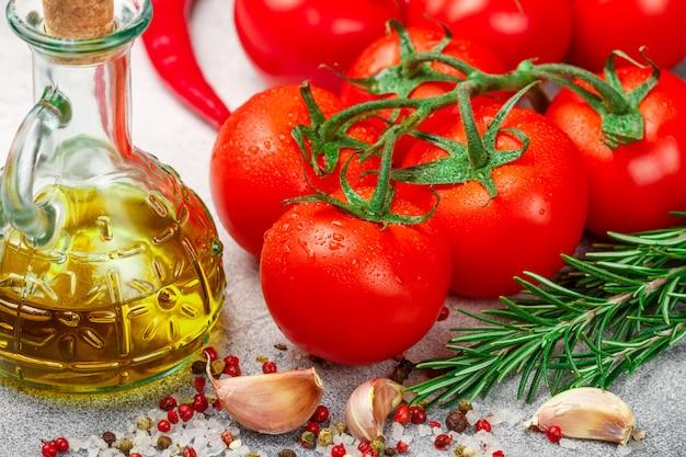 Verse, sappige rijpe tomaten op een tak