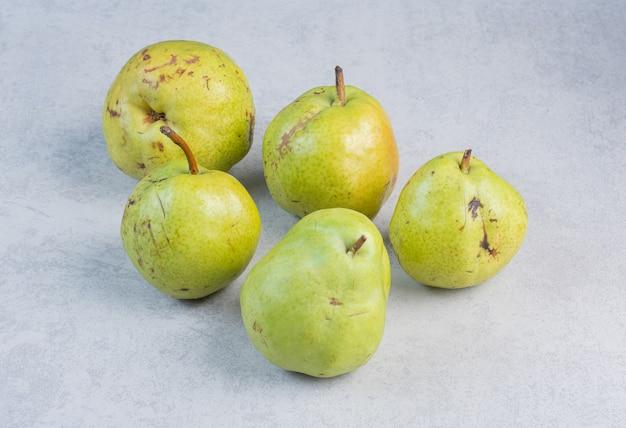 Verse, sappige stapel peren geïsoleerd op een grijze achtergrond.