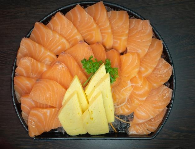 Verse sashimi zalmfilet met tamagoyaki in een kom