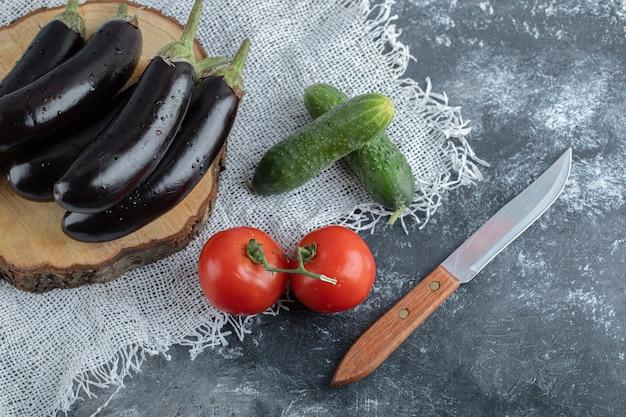 Verse seizoensgroenten. aubergine, tomaat en komkommer.