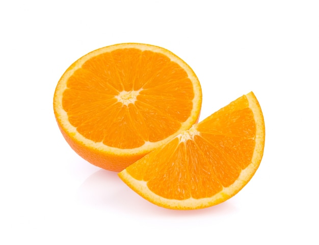 Verse sinaasappel geïsoleerd op een witte ondergrond