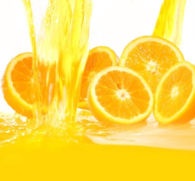 Verse sinaasappelen die in sap vallen