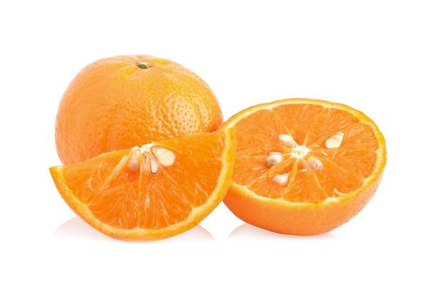 Verse sinaasappelen geïsoleerd op witte achtergrond