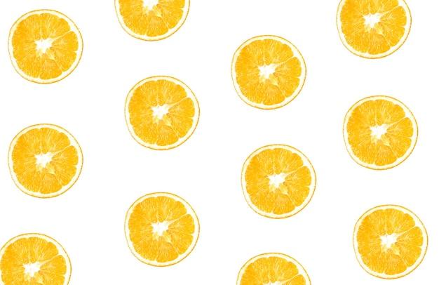 Verse sinaasappelen gesneden in plak geïsoleerd op een witte achtergrond. gezond eten. verse vitamines. vegetarisch.