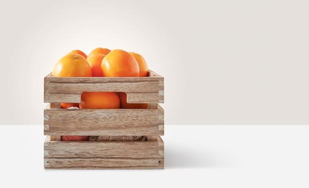 Verse sinaasappelen in een houten doos
