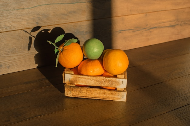Verse sinaasappelen in houten kist natuurlijke verlichting op een houten oppervlak