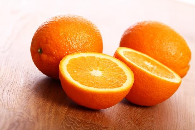 Verse sinaasappelen op een houten bord