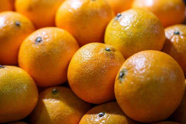 Verse sinaasappelen op marktkraam