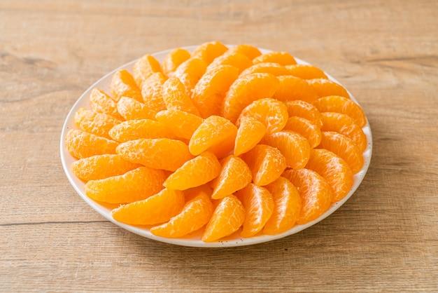Verse sinaasappelen op plaat
