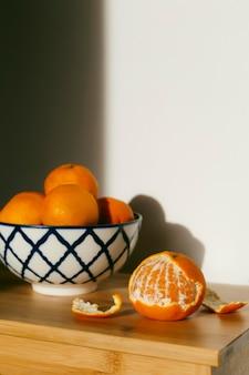 Verse sinaasappelen op tafel